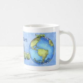 Los guisantes en la tierra - va la taza verde