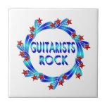 Los guitarristas oscilan las estrellas rojas tejas