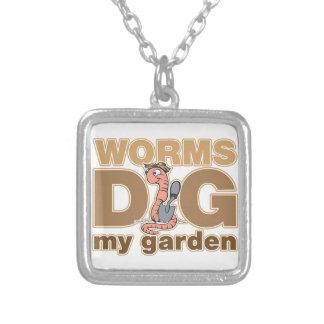Los gusanos cavan mi jardín colgantes personalizados