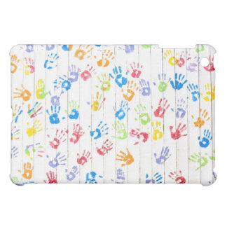 Los handprints de los niños coloridos en una cerca