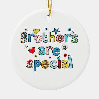 Los hermanos son especiales adorno navideño redondo de cerámica