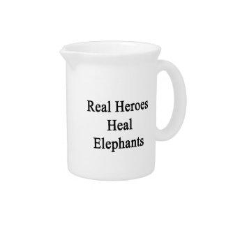 Los héroes reales curan elefantes jarras para bebida