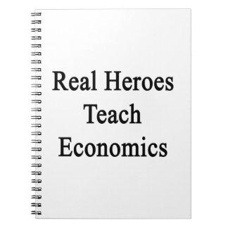 Los héroes reales enseñan a la economía libros de apuntes