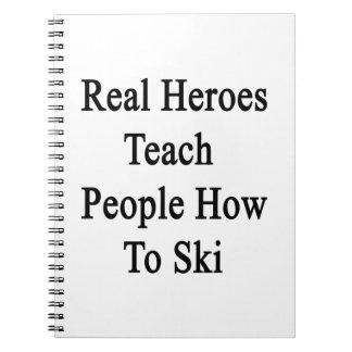 Los héroes reales enseñan gente a cómo esquiar libreta espiral