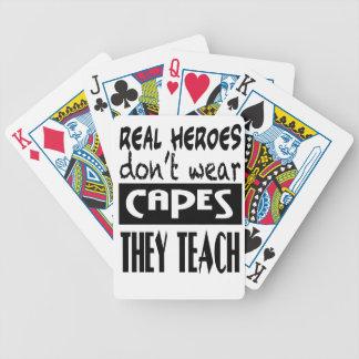 Los héroes reales no llevan cabos que enseñan a la barajas de cartas