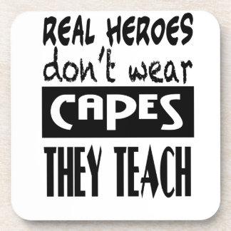 Los héroes reales no llevan cabos que enseñan a la posavasos de bebidas
