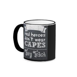 Los héroes reales no llevan cabos que enseñan taza de dos colores