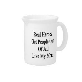 Los héroes reales salen a gente fuera de cárcel jarras de beber