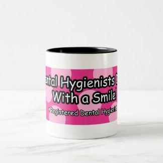 Los higienistas dentales lo hacen con una sonrisa taza de dos tonos