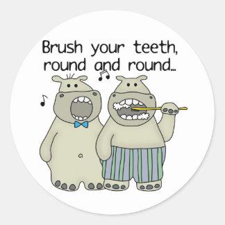 Los hipopótamos cepillan sus dientes pegatina redonda