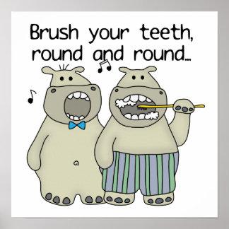 Los hipopótamos cepillan sus dientes póster