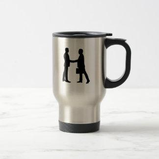 Los hombres de negocios sacuden las manos taza de café