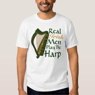 Los hombres irlandeses reales tocan la arpa - playera