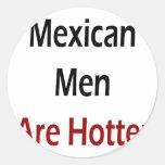 Los hombres mexicanos son más calientes pegatina redonda