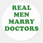 Los hombres reales casan a doctores pegatina redonda