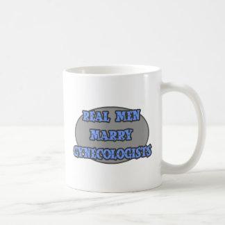 Los hombres reales casan a ginecólogos taza básica blanca