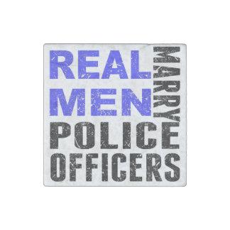 Los hombres reales casan a oficiales de policía imán de piedra