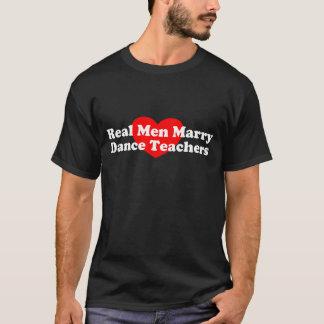 Los hombres reales casan a profesores de la danza playera