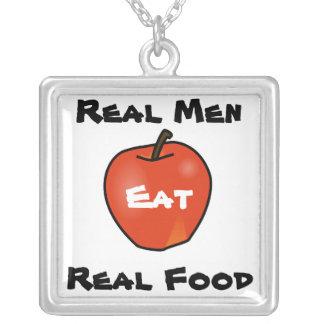 Los hombres reales comen la comida real colgante cuadrado