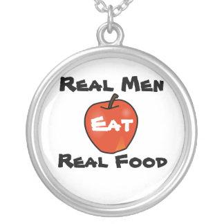 Los hombres reales comen la comida real colgante redondo