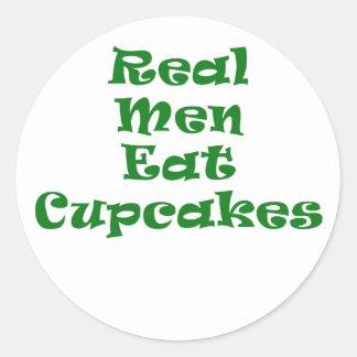 Los hombres reales comen las magdalenas pegatina redonda