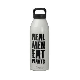 Los hombres reales comen las plantas botella de agua reutilizable