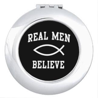 Los hombres reales creen espejo compacto