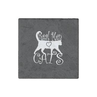 Los hombres reales elegantes aman gatos en una imán de piedra