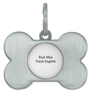 Los hombres reales enseñan a inglés placas de mascota