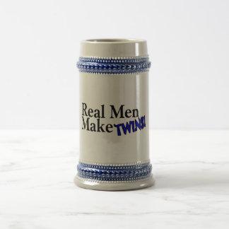 Los hombres reales hacen a gemelos (b) tazas de café