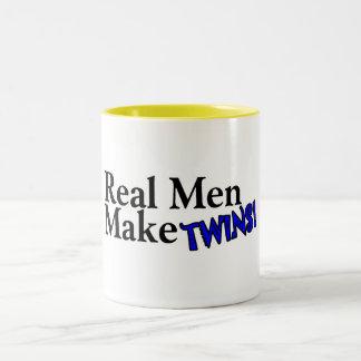 Los hombres reales hacen a gemelos (b) taza