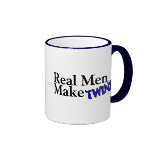 Los hombres reales hacen a gemelos (b) taza de café