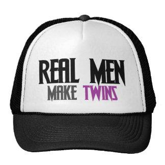 Los hombres reales hacen a gemelos gorro de camionero