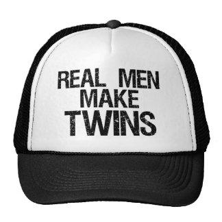 Los hombres reales hacen a gemelos gorros