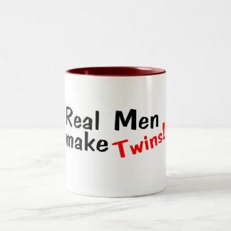 Los hombres reales hacen a gemelos taza