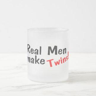 Los hombres reales hacen a gemelos tazas de café