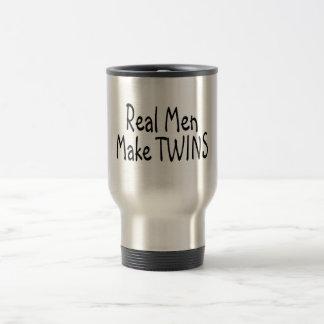 Los hombres reales hacen a gemelos taza térmica