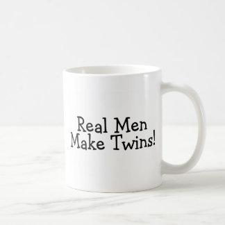 Los hombres reales hacen a los gemelos (el negro) tazas de café
