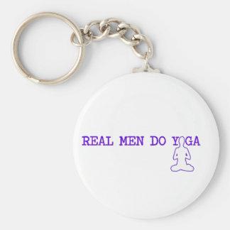 los hombres reales hacen yoga llavero redondo tipo pin