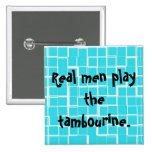 Los hombres reales juegan el botón de la pandereta pins