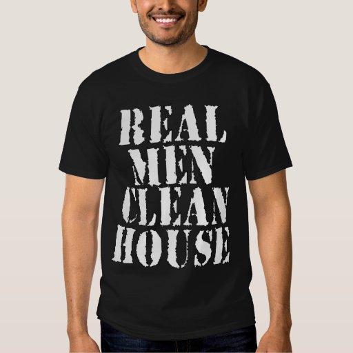 Los hombres reales limpian la casa playera