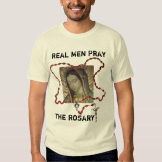 Los hombres reales ruegan el rosario remeras