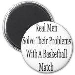 Los hombres reales solucionan sus problemas con un imán de frigorifico