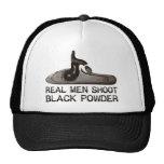 Los hombres reales tiran el polvo negro, rifle del gorro de camionero