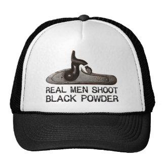 Los hombres reales tiran el polvo negro rifle del gorro de camionero