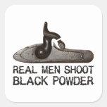 Los hombres reales tiran el polvo negro, rifle del calcomanias cuadradas