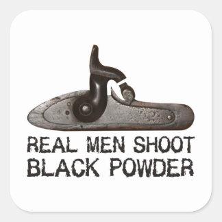 Los hombres reales tiran el polvo negro, rifle del pegatina cuadrada