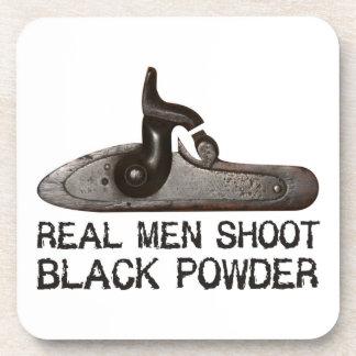 Los hombres reales tiran el polvo negro, rifle del posavaso