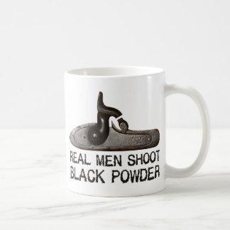 Los hombres reales tiran el polvo negro, rifle del taza de café