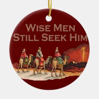 Los hombres sabios todavía lo buscan ornamento del adorno navideño redondo de cerámica